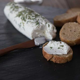 DIY home-made goat cheese with tarragon | ethnicspoon.com
