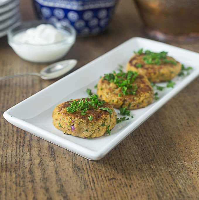 Spicy and delicious Turkish chickpea fritters or burgers: Nohutlu Mücver | ethnicspoon.com