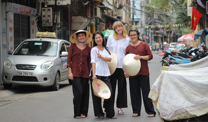 a group of people on a tour with Thanh