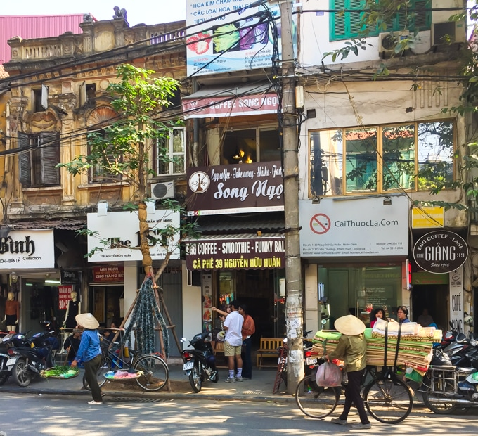 A typical street scene in Hanoi with lots of coffee shops! Here is where you can go to have a Vietnamese iced coffee: ca phe sua da. | ethnicspoon.com
